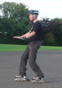 Scissor inline skates to brake
